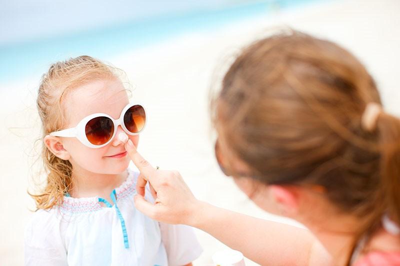 Ususret sezoni sunčanja: Kako najbolje zaštititi djecu i bebe od sunca?