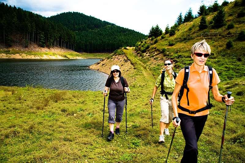 Zašto je nordijsko hodanje bolje od običnog hodanja?