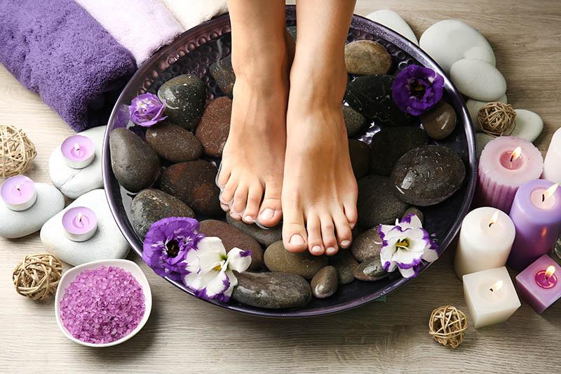 Kraljevski tretman za stopala: Tri aromatične kupke za umorne i bolne noge