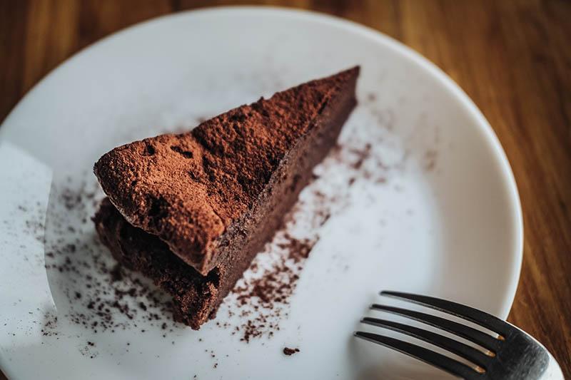 Čokoladna torta bez brašna (od samo šest sastojaka) kolač je koji ćete obožavati