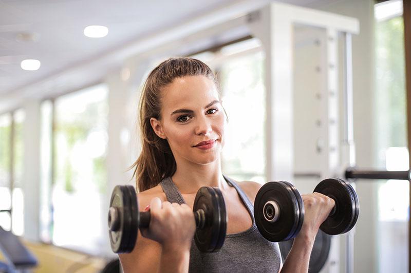 Postoji 5 dobrih razloga zašto biste u svoju fitnes rutinu trebali uključiti i trening snage