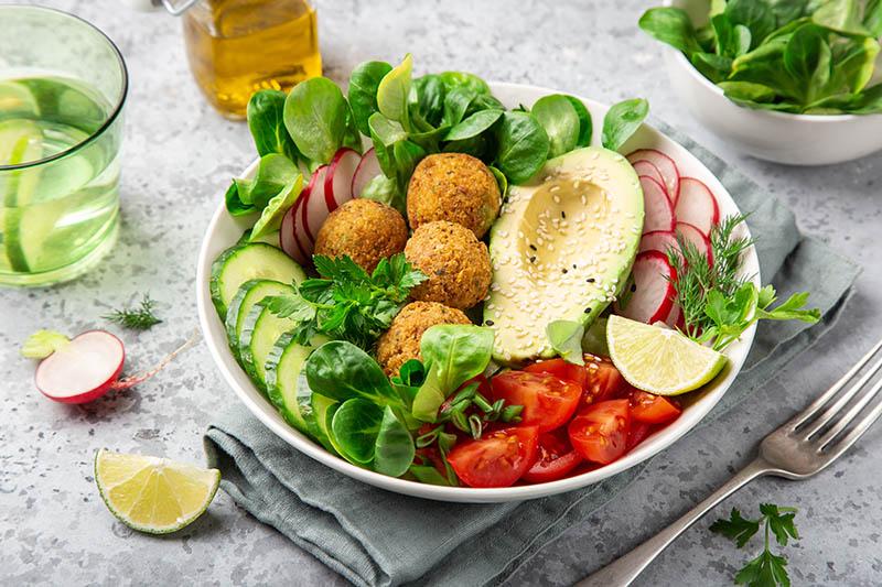 Falafel bowl: Sljedeći put u svoju salatu ubacite i kuglice od slanutka